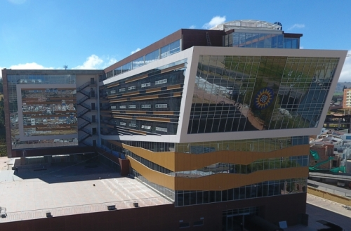 The educational structure of 22.000 square meters is located in the development center of the capital of Boyacá (Av. Universitaria Cll. 48 no. 1-235 este), and has a capacity for 5.000 thousand people.